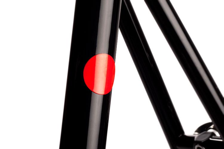 Närbild på hur Magnetic Reflectors från Bookman ser ut på en ram.