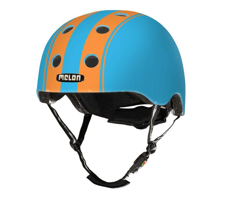 Ljusblå hjälm med orangea ränder från Melon Helmets.