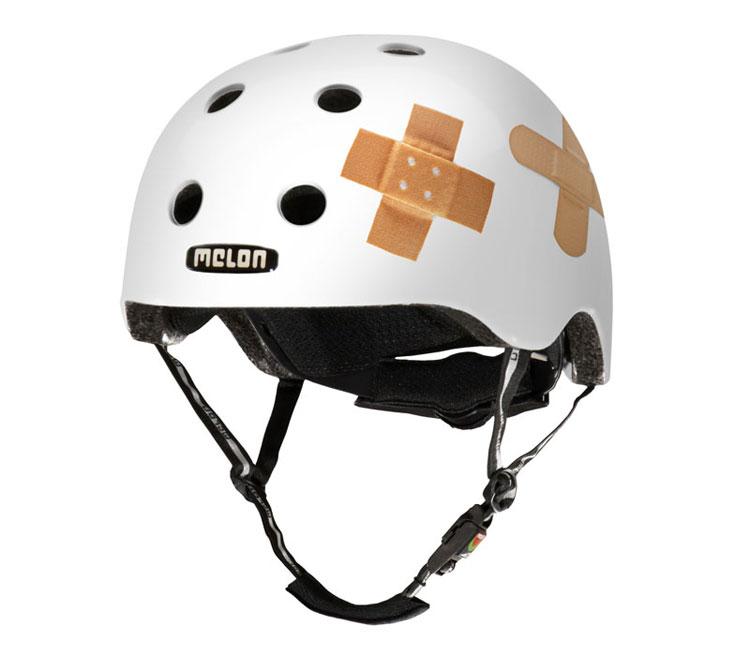 Vit hjälm med plåster från Melon Helmets.