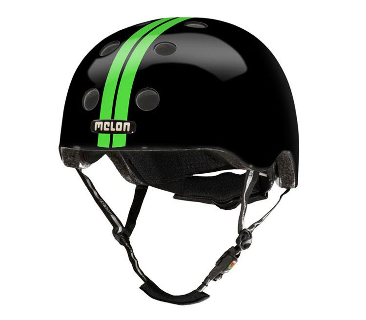 Svart hjälm med gröna ränder från Melon Helmets.