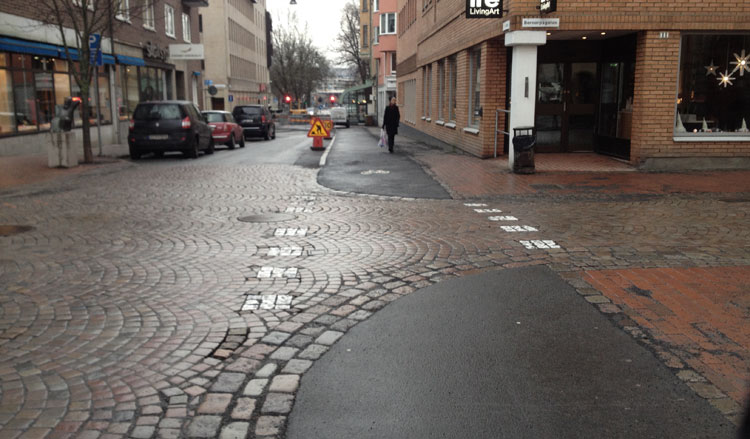 Här har alltså Jönköpings kommun byggt en cykelbana längs med enkelriktade Skolgatan.