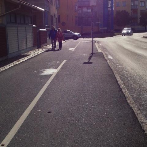 Den 26 september hittade jag en stolpe för busshållplatsen mitt i cykelbanan.