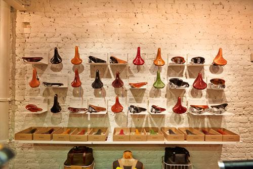En av väggarna i Brooks Englands konceptbutik, B1866 Store, pryds av hela kollektionen av sadlar – i alla dess kulörer.