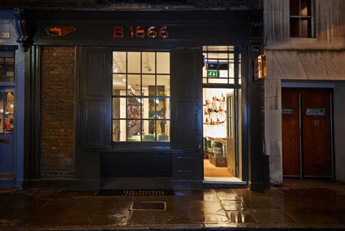 Entrén till konceptbutiken, B1866, av Brooks England är minst sagt diskret. Men innanför väggarna väntar en explosion av färger och historiska tillbakablickar.