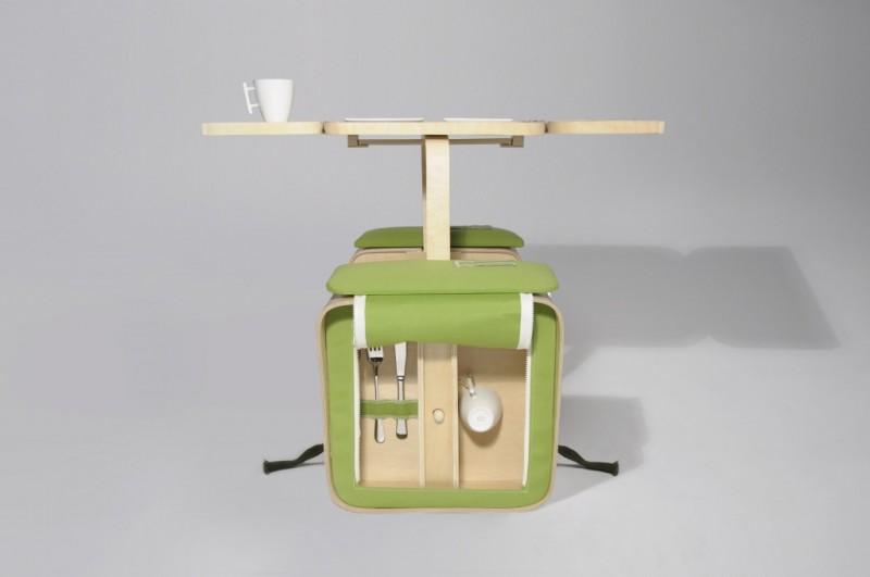 Picknickbordet, Springtime, uppställt och med plats för bestick, glas och tallrikar.