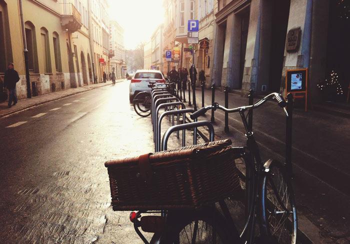 Cykelställ, som byggs upp på bekostnad av biltrafiken, utätts ofta för miljöargumentet.