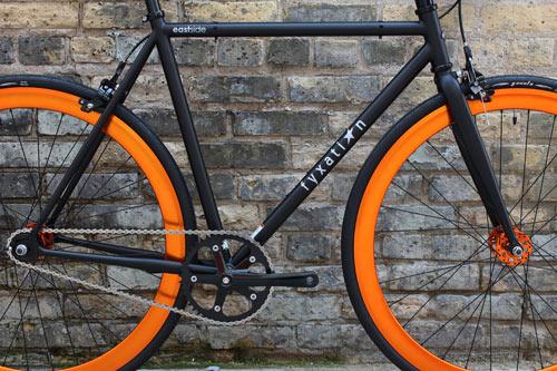 Fyxation Pusher är ett hjul av hållbart aluminium som lämpar sig perfekt för fixed gear och velodromcykel. Här i orange, men finns även i röd, blå och svart.