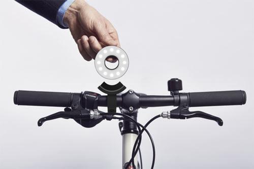 Double O monteras lätt i den medföljande hållaren tack vare det magnetiska fästet.