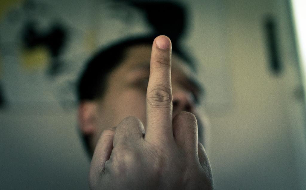 Han pekar finger.