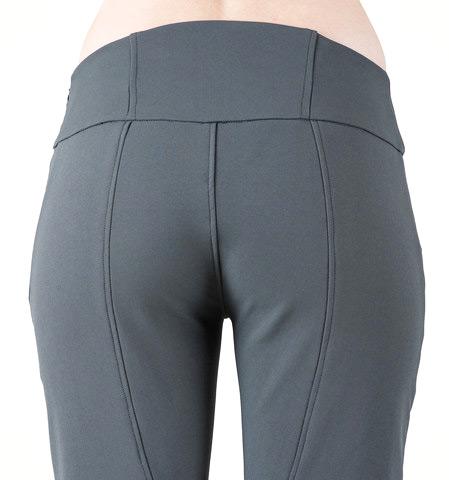 Den förstärkta och höga midjebandet i ryggen förhindrar glipa mellan byxa och tröja.
