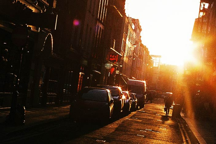 Gata i solnedgång och motljus.