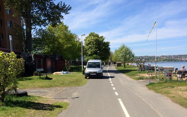 En bil som blockerar en cykelbana på Vätterstranden i Jönköping.