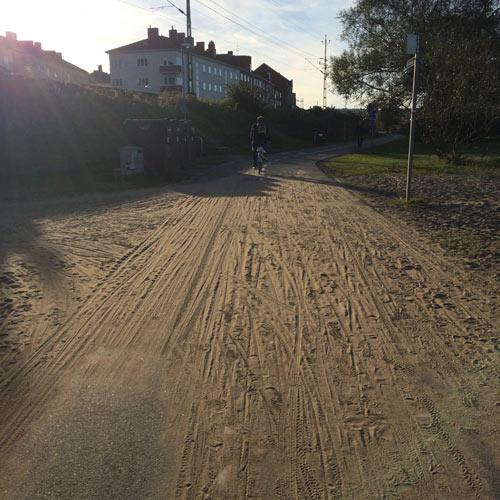 Sand från Vättern har blåst in över cykelbanan.