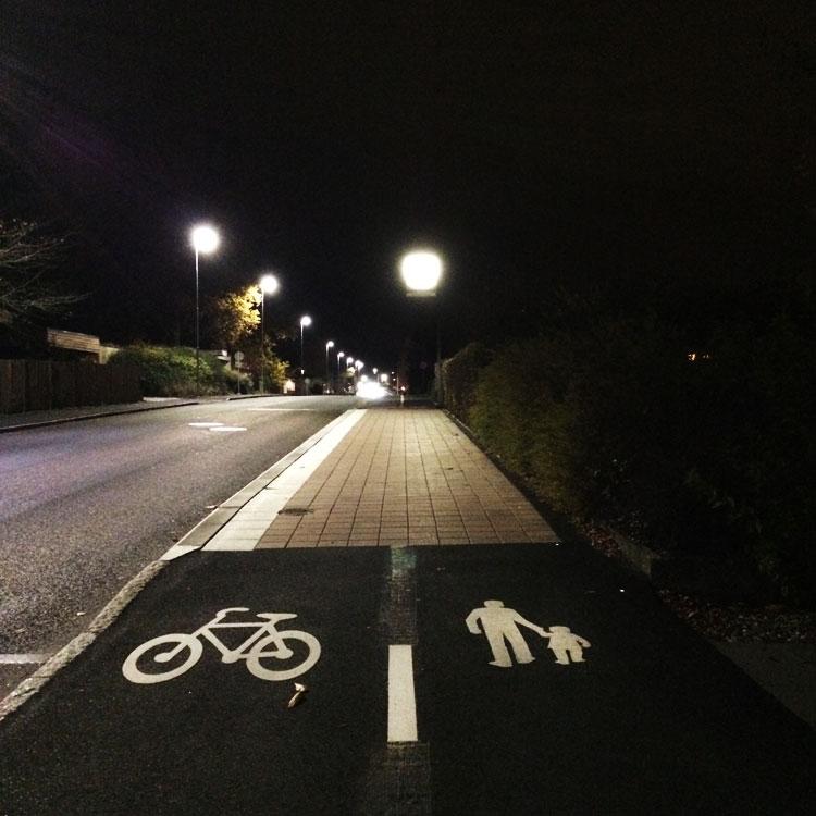 Cykelbana och gångbana blir plötsligt busshållplats utan omledning. Konfliktdesign ur handboken.