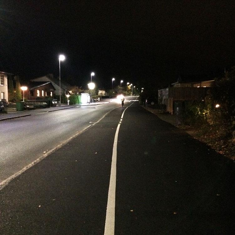 Superbred trottoar. Cykelbanan däremot är så smal att två cyklister får svårt att mötas.
