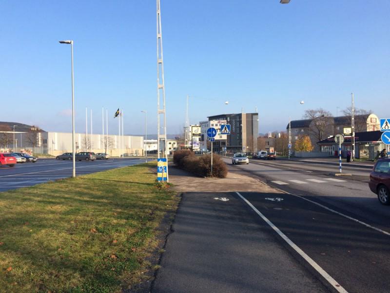 En busshållplats som den väldigt ofta ser ut i Sverige.
