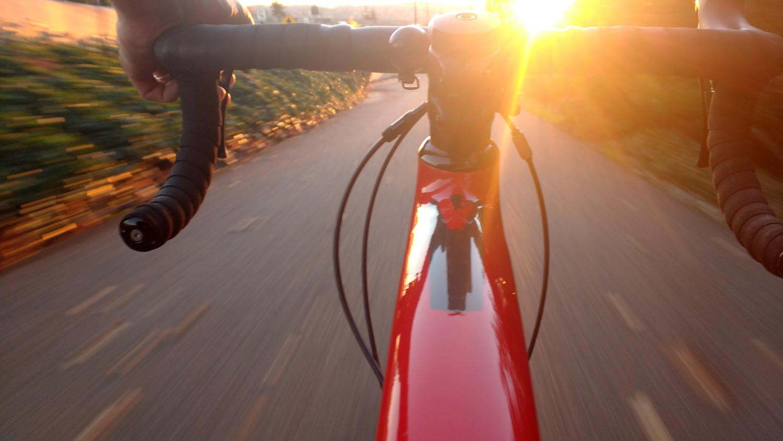 Cykling i solnedgång
